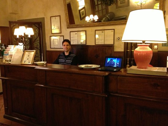Hotel Mario's: Exceptional Front Desk Personnel...this is the third shift guy...very helpful