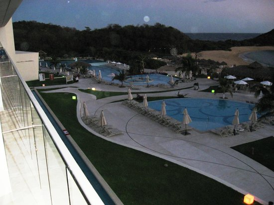 Secrets Huatulco Resort & Spa : The pools from the 3rd floor in building 5