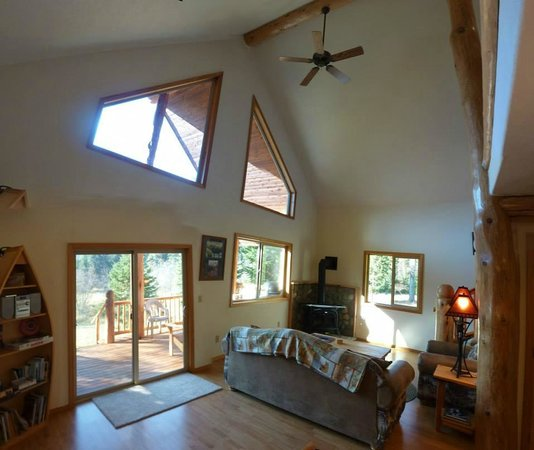 Kootenai River Outfitters: Living room