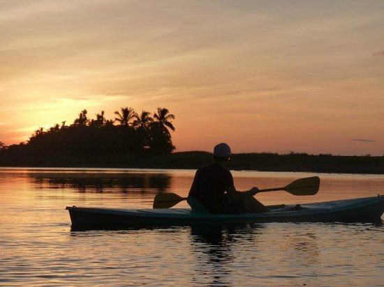 Luna Lodge: Kayaking on the lagoon nearby