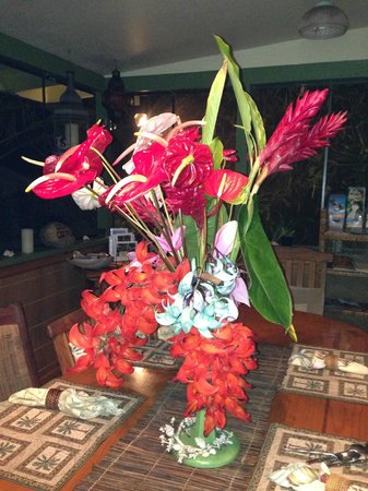 Coconut Cottage Bed & Breakfast: Beautiful daily floral arrangements in every room!