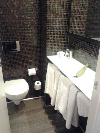 Hotel The Caesar: baño
