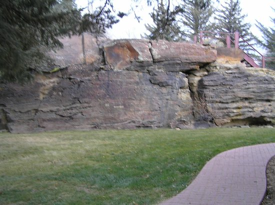 Saratoga Hot Springs Resort: Rock Outcropping on the grounds