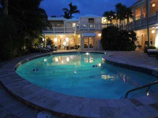The Pillars Hotel Fort Lauderdale : pool at night