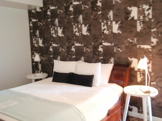 Holland House Beach Hotel : Awesome Wall Paper in Bedroom