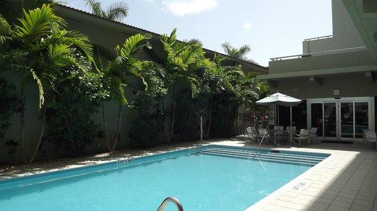 Comfort Suites Miami Airport North: the pool area