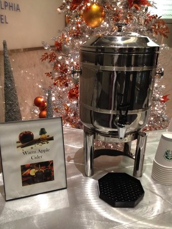 Loews Philadelphia Hotel: Nice touch! Free hot cinnamon and apple cider at the entrance of the hotel