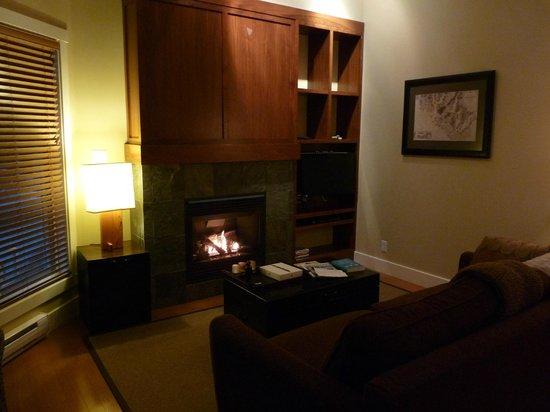 Cox Bay Beach Resort: Fireplace in room