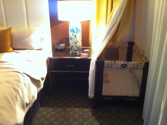 Hotel Omni Mont-Royal : Convenient Crib Corner