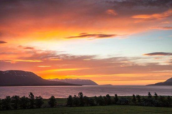 Hotel Sveinbjarnargerdi: Sunset on fjord