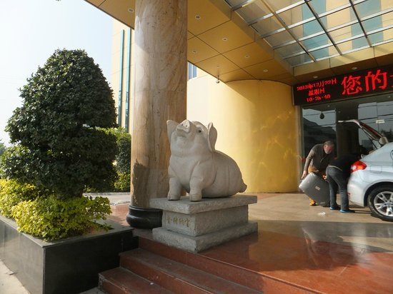 Dafuhao Hotel: Pig statures at the side of the main entrance