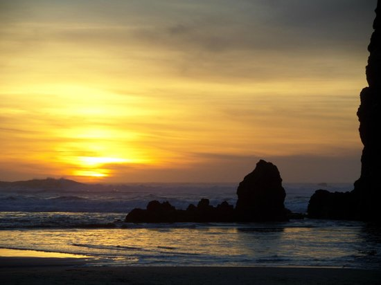 Stephanie Inn: Sunset on the beach next to Haystack Rock.