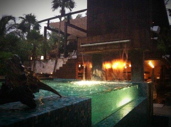Be Tulum Hotel: Pool near restaurant, looking towards restaurant.