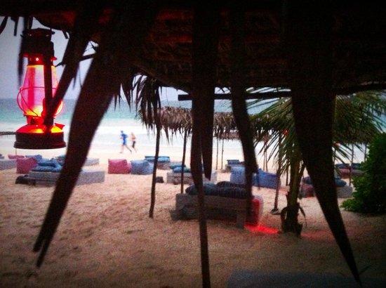 Be Tulum Hotel: View towards beach near the beachside drink hut.