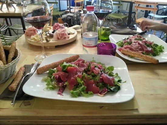 Clandestino ad Ortigia: Tagliere di salumi/formaggi e insalate con carpaccio di tonno e fesa