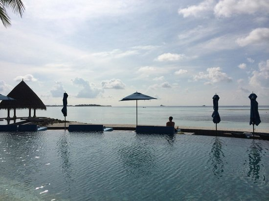 Four Seasons Resort Maldives at Kuda Huraa: View across adult pool
