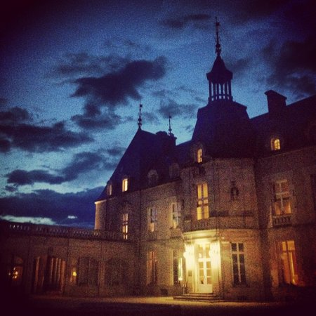 Château Sainte Sabine: The chateau at night