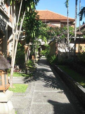Adi Dharma Hotel : walkway from Adi Dharma cottages to hotel