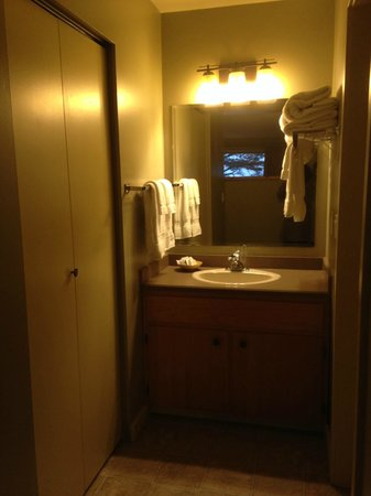 Pacific Sands Beach Resort: The lone sink - bathroom over to the right hand side
