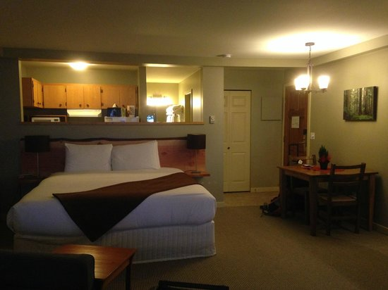Pacific Sands Beach Resort: The dividing wall between the kitchen and comfy king sized bed