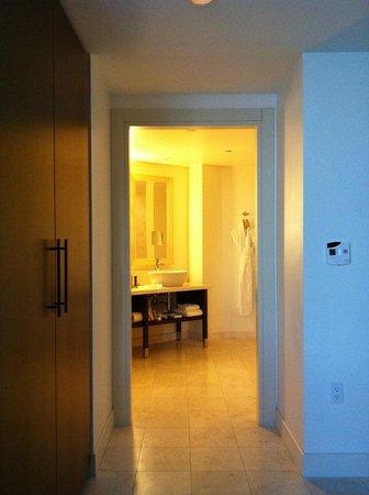 Kimpton EPIC Hotel: Very spacious bathroom
