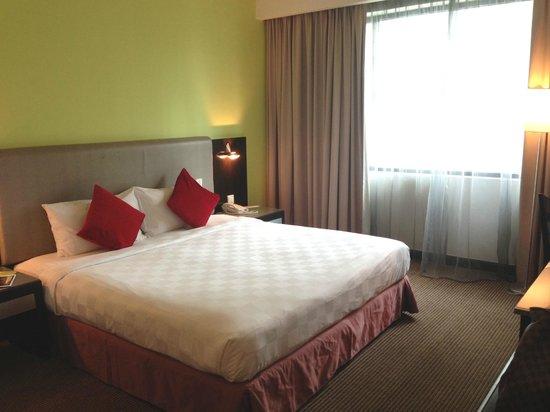 Hotel Novotel Kuala Lumpur City Centre: King-sized bed