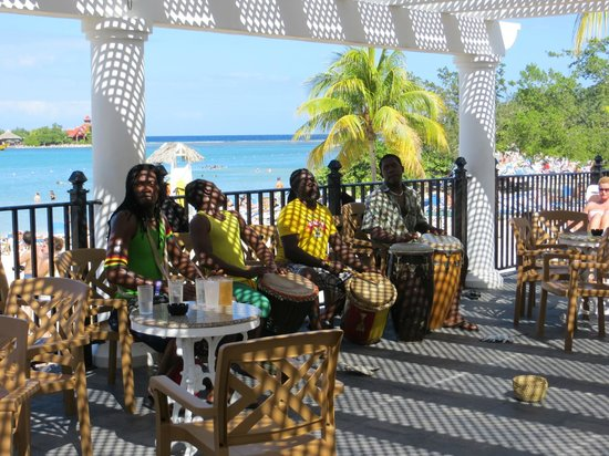 Hotel Riu Montego Bay : Bongo band next to the pool and bar