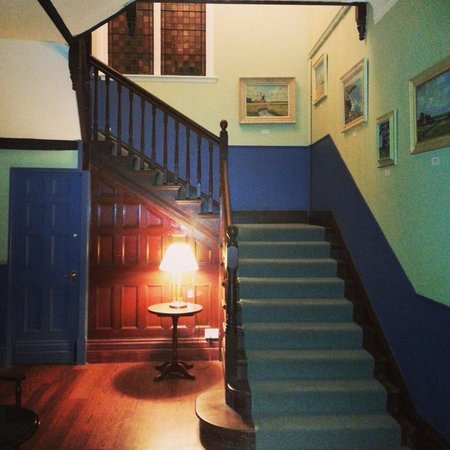 The Thomas Paine Hotel: Staircase too rooms