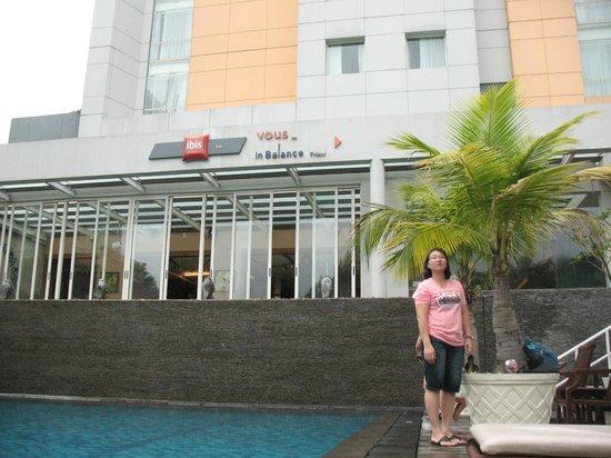 Ibis Styles Solo : Area kolam Renang depan Hotel