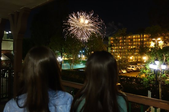 Anaheim Camelot Inn & Suites : Disney Fireworks right at our room balcony