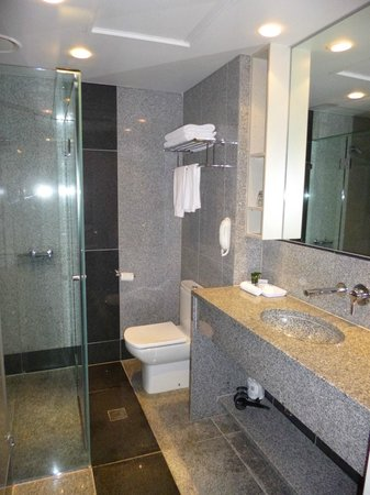 Mantra Tullamarine Hotel : The bathroom