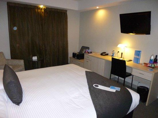 Mantra Tullamarine Hotel: TV and desk