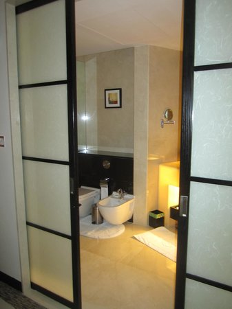 Address Dubai Mall: Sliding doors to bathroom