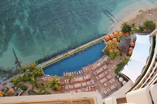 Sheraton Waikiki : View of infinity pool from ocean front rooms
