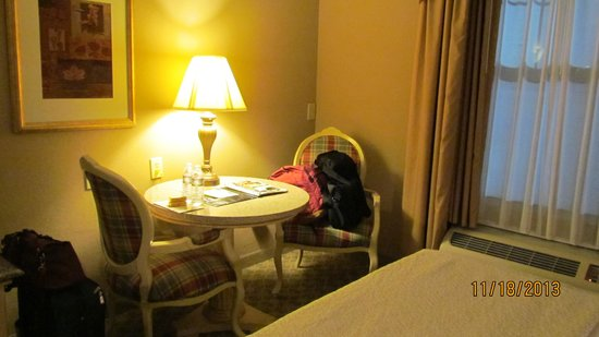 LaQuinta Inn & Suites Boone: Nice table and comfy chairs