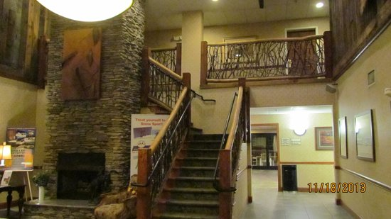 LaQuinta Inn & Suites Boone: Welcoming lobby in La Quinta Inn & Suites Boone, NC