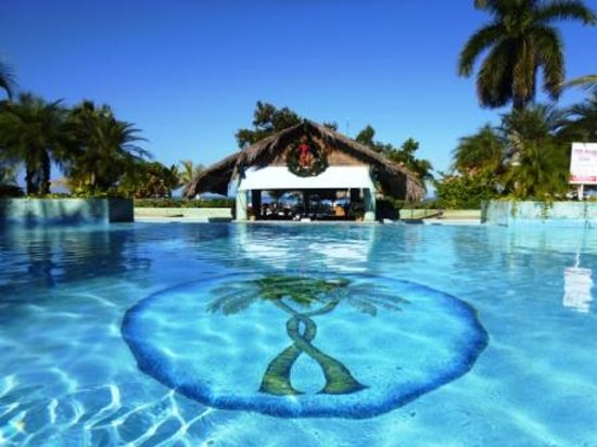 Couples Negril : Pool overlooking the swim up bar