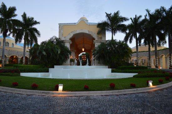 Royal Hideaway Playacar : front of resort