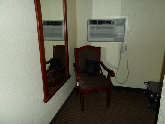 Quality Inn & Suites Airport: Seating area and AC.