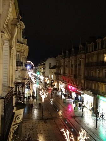 Hôtel de l'Abeille : street at night