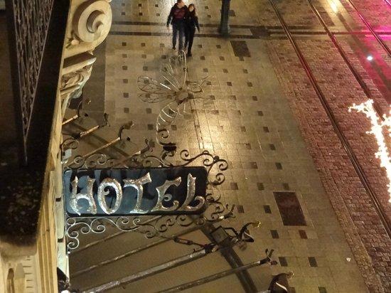 Hôtel de l'Abeille : view of hotel sign