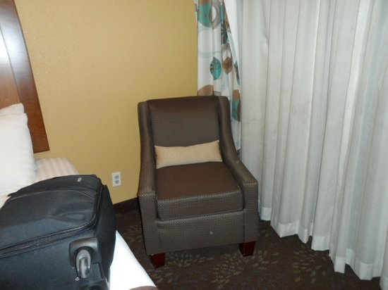 BEST WESTERN PLUS El Paso Airport Hotel & Conference Center: Seating area by the window.