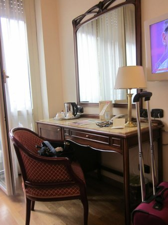 Hotel Continental Genova : Desk and mini fridge in room