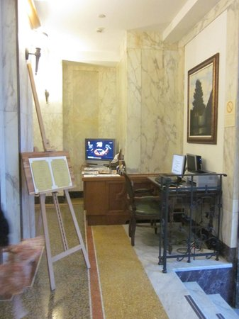 Hotel Continental Genova : Lobby - computer area with daily newspapers
