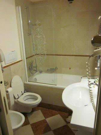 Hotel Continental: Ensuite bath