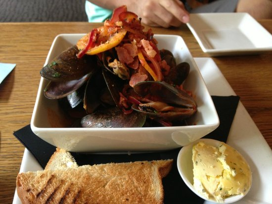Buster Crabb : Green lip mussels sautéed with bacon