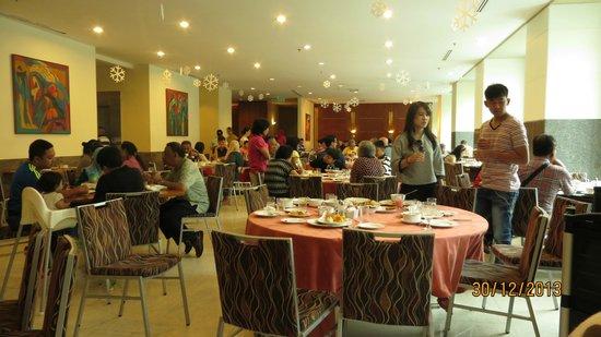 Hotel Royal Kuala Lumpur: Breakfast tables - no waiters in sight