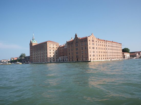 Hilton Molino Stucky Venice Hotel : view from the vaporetto taking us the the train station
