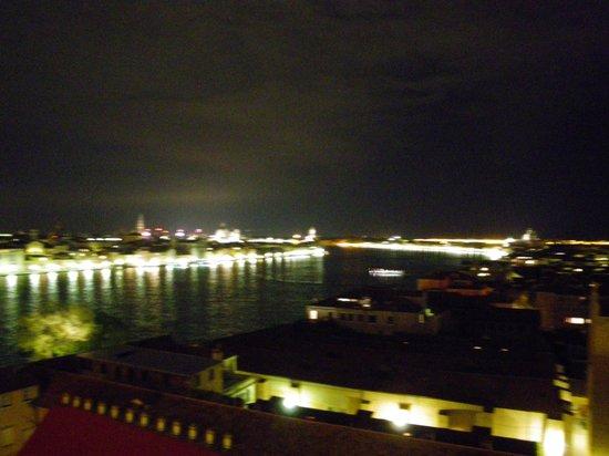 Hilton Molino Stucky Venice Hotel : venice from the rooftop bar at night