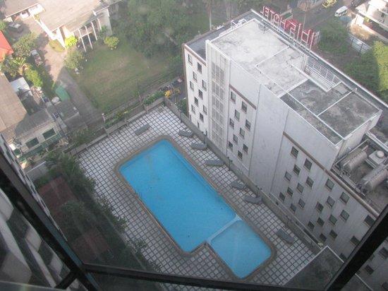 Omni Tower Sukhumvit Nana by Compass Hospitality: Poolen under resan i hissen